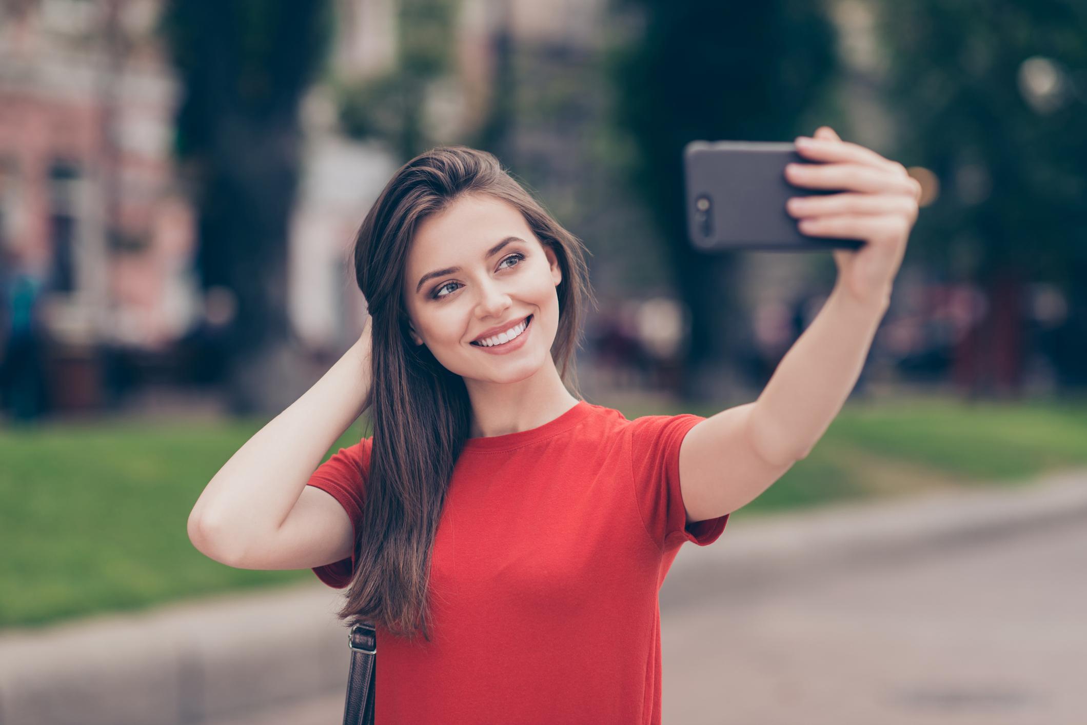Junge Influencerin macht Selfie